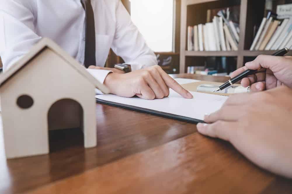 agente hipotecario con el cliente